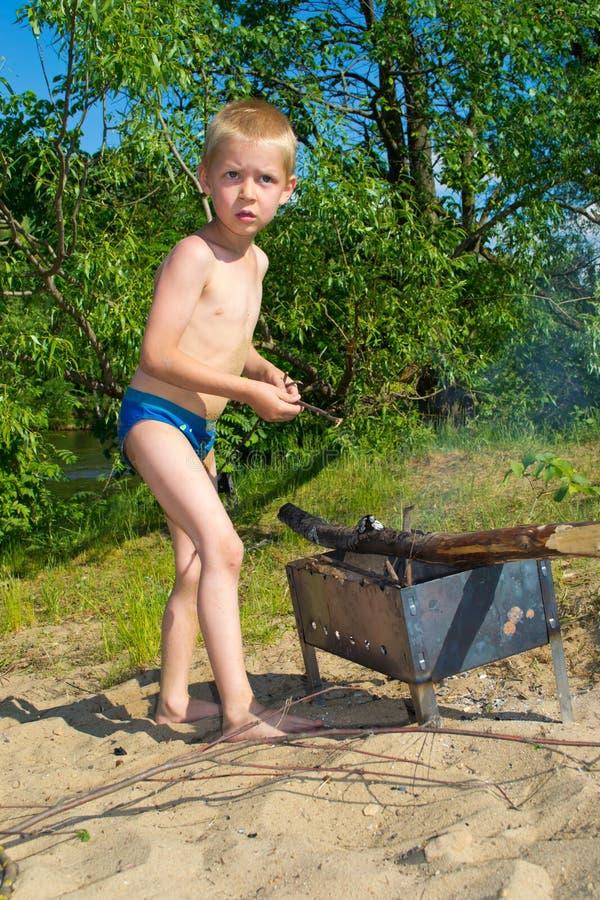 Download Мальчик разжигает стоковое изображение. изображение насчитывающей созерцательно - 41657269