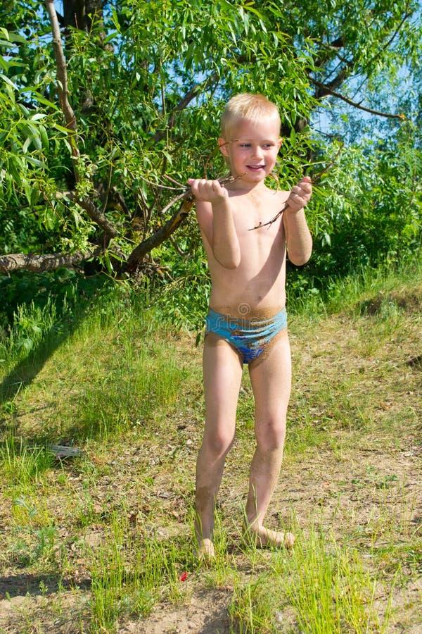 Download Мальчик разжигает стоковое изображение. изображение насчитывающей швырок - 41657361
