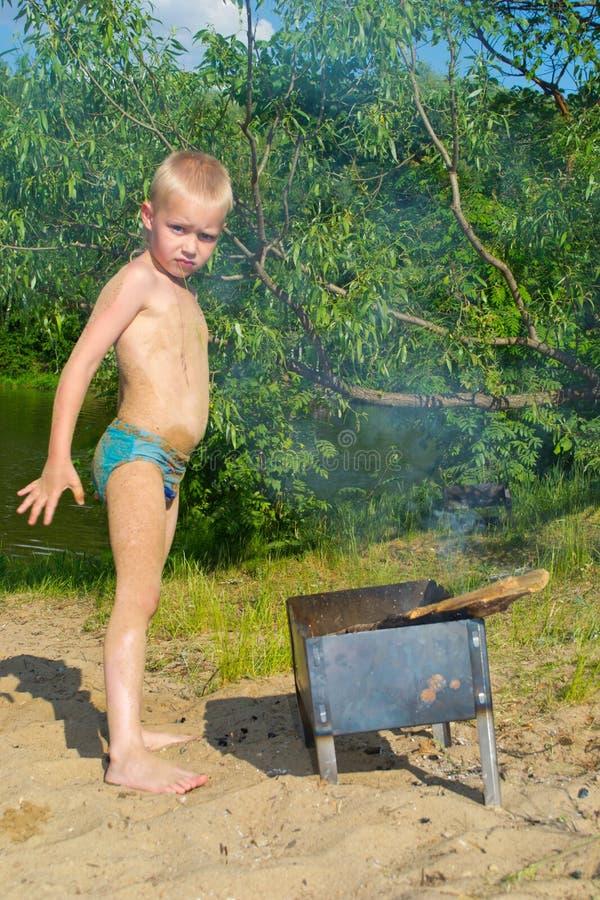 Download Мальчик разжигает стоковое изображение. изображение насчитывающей пожар - 41657365