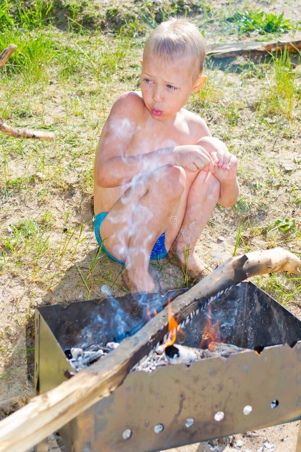 Download Мальчик разжигает стоковое фото. изображение насчитывающей опасность - 41657870