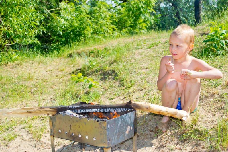 Download Мальчик разжигает стоковое изображение. изображение насчитывающей астетически - 41657881