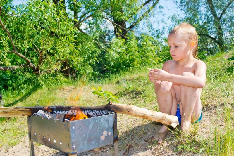 Download Мальчик разжигает стоковое фото. изображение насчитывающей тщательно - 41657902