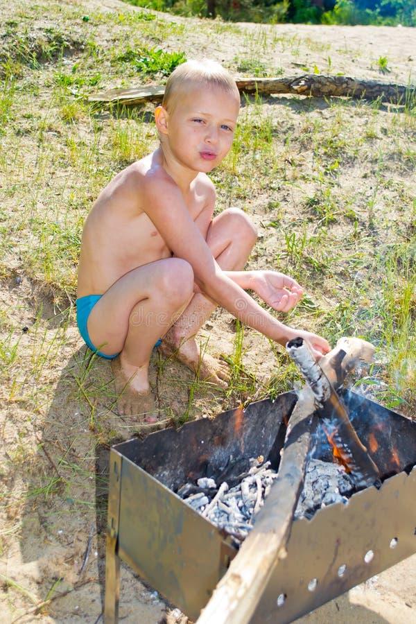 Download Мальчик разжигает стоковое изображение. изображение насчитывающей актуария - 41657911