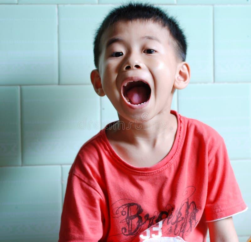 Мальчик раскрывает его рот стоковые фотографии rf