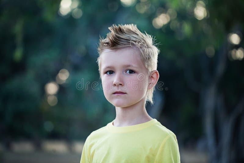 Мальчик ребенка с белокурыми волосами стоковые фото