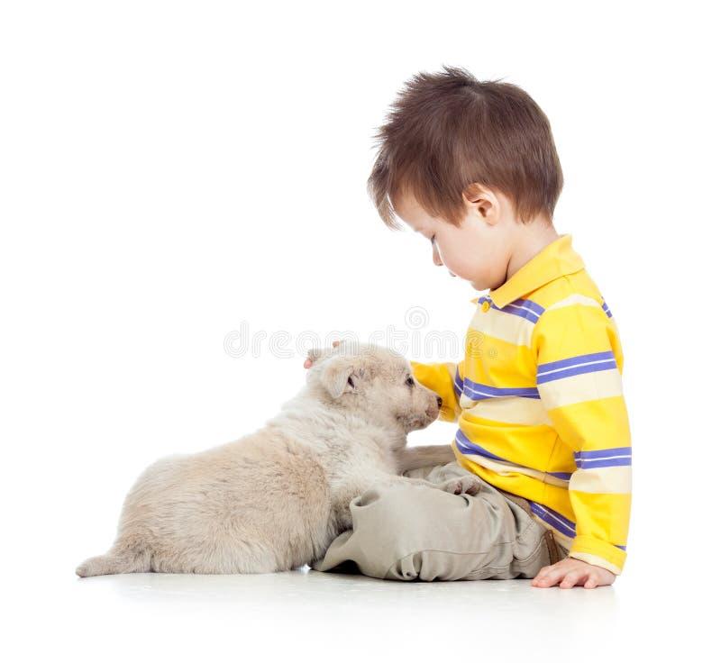 Мальчик ребенк с собакой щенка стоковое фото rf