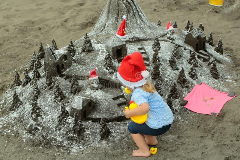 Мальчик Санты с песочным замком стоковая фотография rf