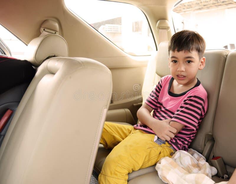 Мальчик сидя в путешествовать автомобиля стоковые фото