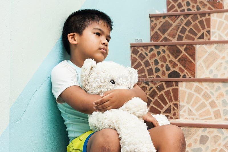 Мальчик сидя самостоятельно на лестнице стоковая фотография rf