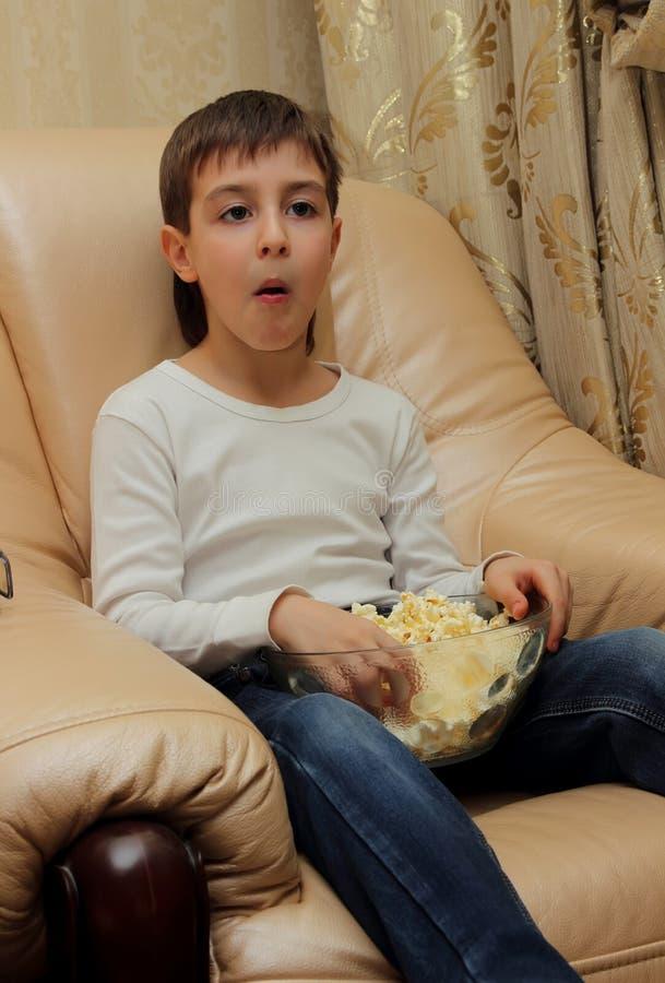Мальчик сидя с его ртом открытым в сюрпризе стоковые изображения