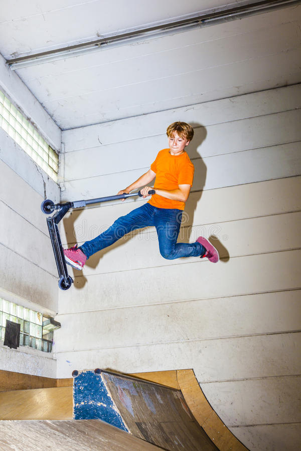 Download Мальчик скачет с его самокатом фокуса Стоковое Изображение - изображение насчитывающей малыш, восторженно: 40588547