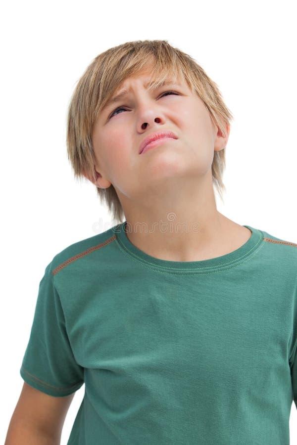 Мальчик смотря вверх и думая стоковое изображение