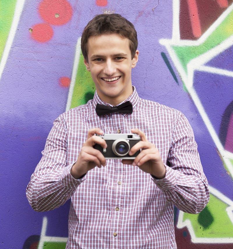Мальчик стиля предназначенный для подростков около предпосылки граффити. стоковое фото