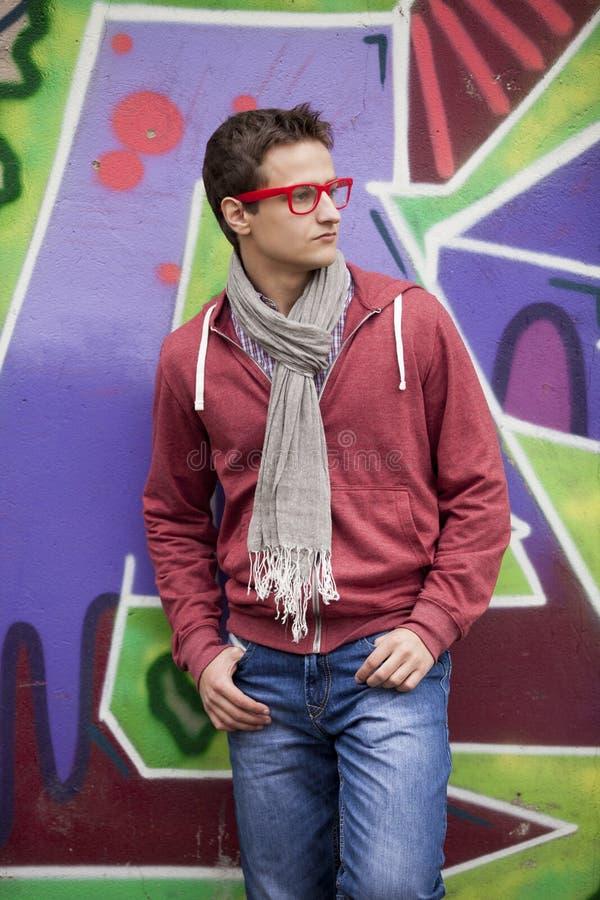 Мальчик стиля предназначенный для подростков около предпосылки граффити. стоковые фотографии rf