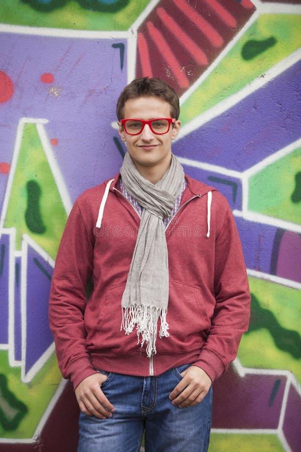 Мальчик стиля предназначенный для подростков около предпосылки граффити. стоковые фото