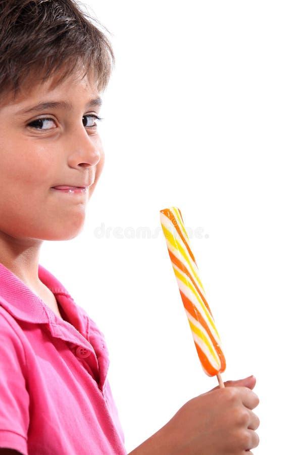Мальчик с гигантским леденцом на палочке стоковая фотография rf