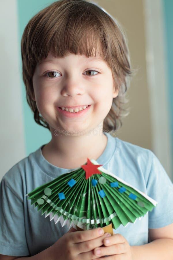 Мальчик сделанный из бумажной рождественской елки стоковое изображение