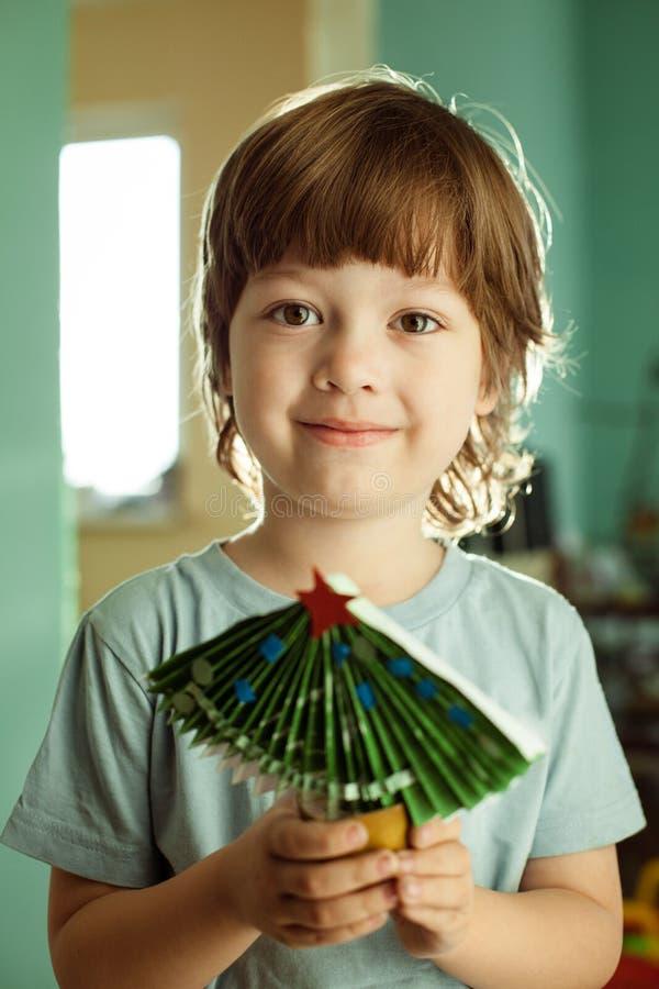Мальчик сделанный из бумажной рождественской елки стоковая фотография rf