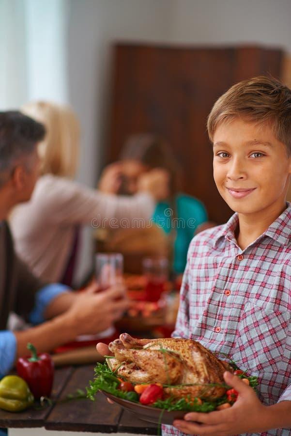 Мальчик с зажаренным в духовке мясом стоковое изображение rf