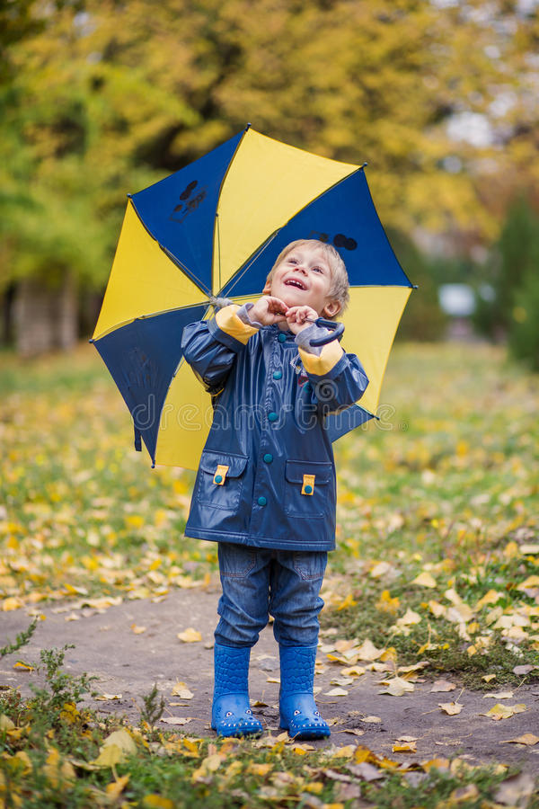 Мальчик с зонтиком стоковые изображения