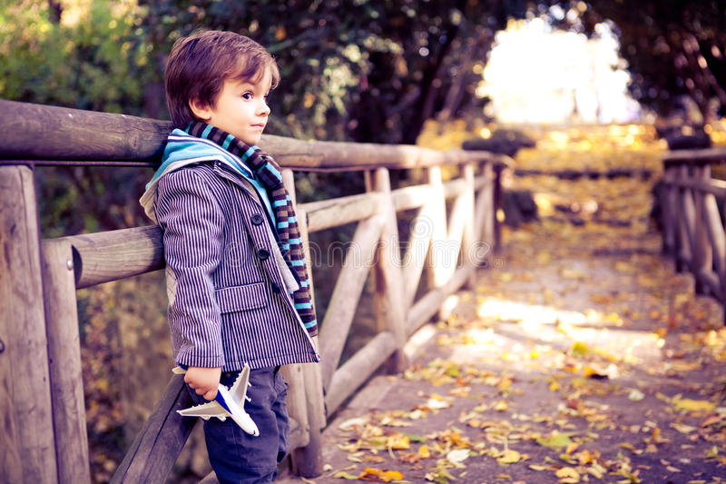 Мальчик с игрушкой самолета стоковая фотография