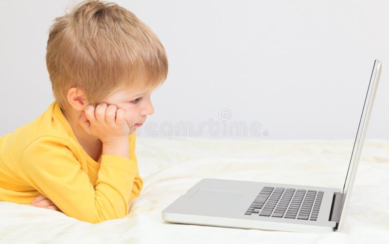 Download Мальчик с компьтер-книжкой дома Стоковое Изображение - изображение насчитывающей ребенок, электронно: 37925909