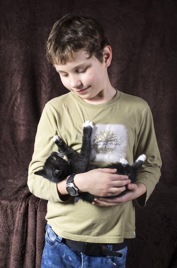 Мальчик с котенком стоковые фотографии rf