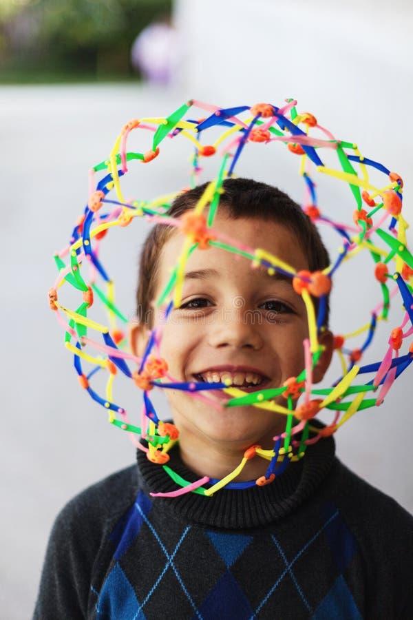 Мальчик с красочной игрушкой стоковые фотографии rf