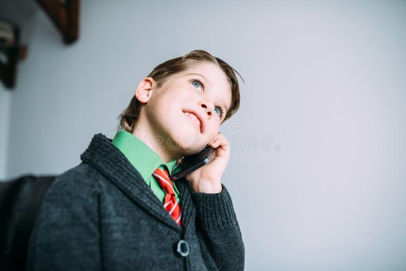 Мальчик с мобильным телефоном стоковое фото rf
