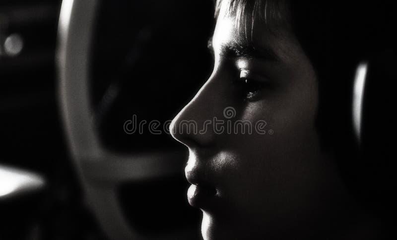 Мальчик с наушниками стоковое фото rf
