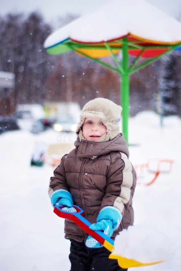 Download Мальчик с лопаткоулавливателем Стоковое Фото - изображение насчитывающей ребенок, крышка: 37930200