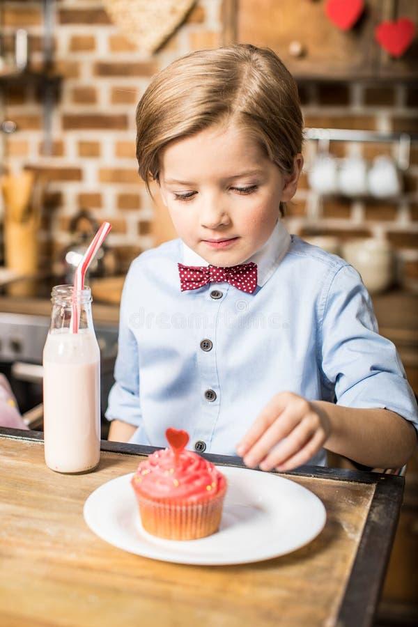 Мальчик с пирожным и milkshake стоковая фотография