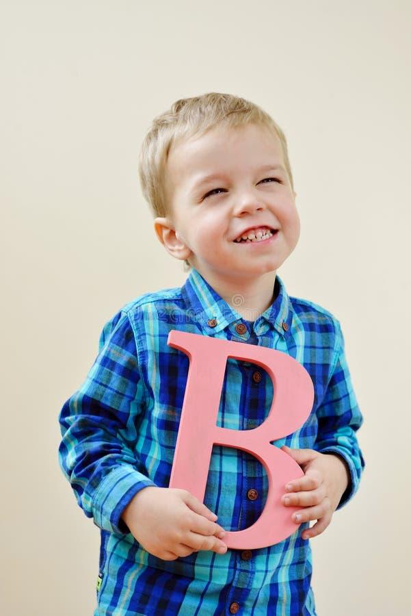 Мальчик с письмом b стоковая фотография rf