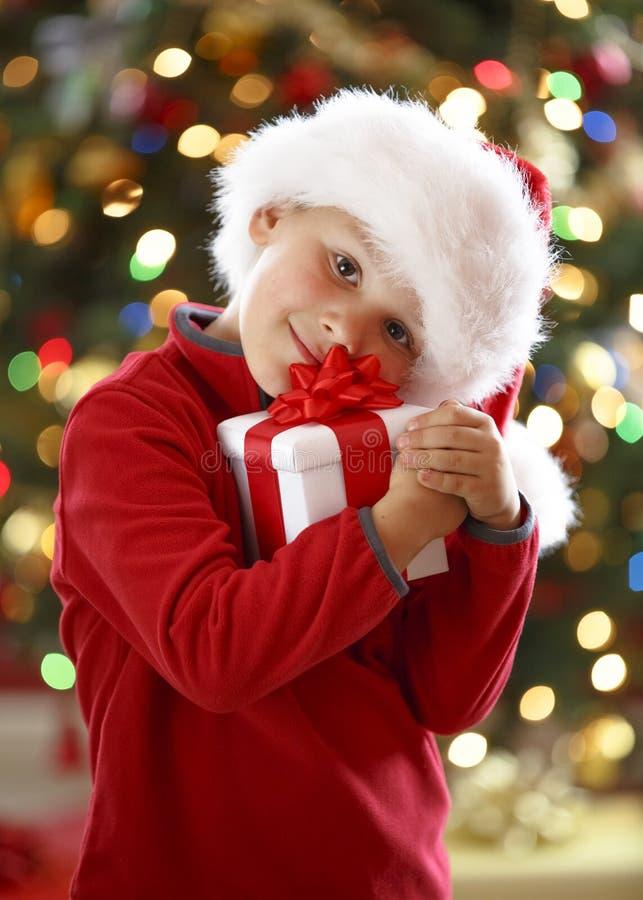 Мальчик с подарком на рождество стоковые изображения rf