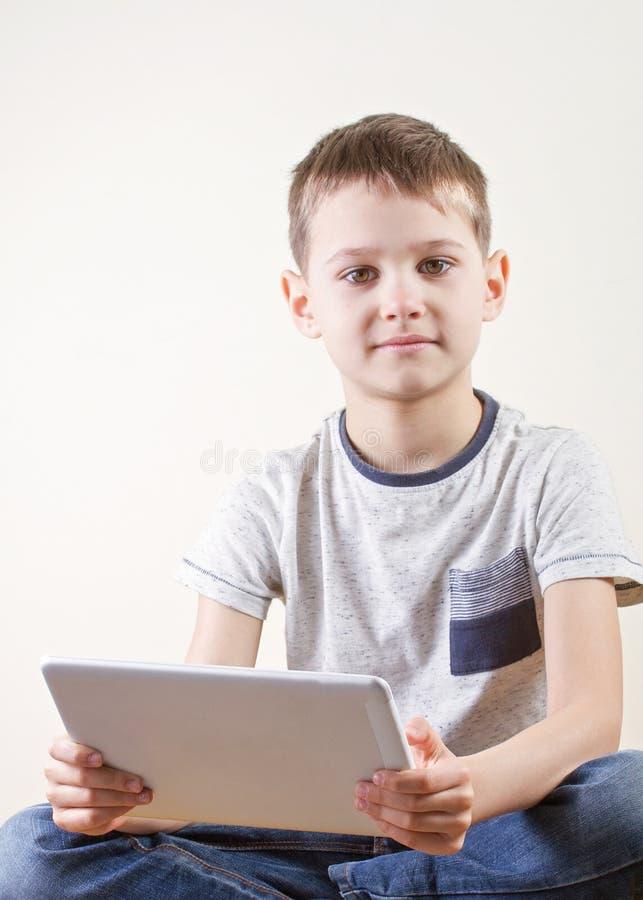 Мальчик с планшетом Детство, образование, уча, технология, концепция отдыха стоковая фотография rf