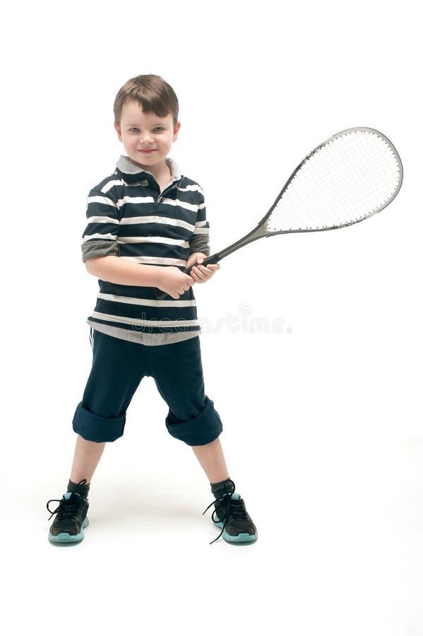 Мальчик с ракеткой тенниса стоковые изображения rf