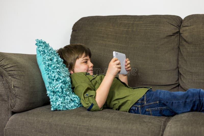 Мальчик с таблеткой стоковое изображение