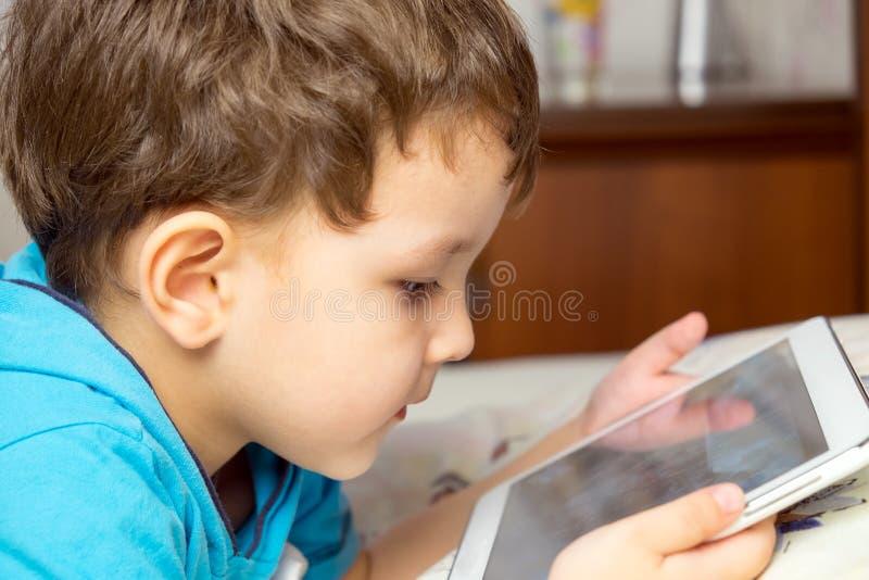 Мальчик с таблеткой стоковое фото rf