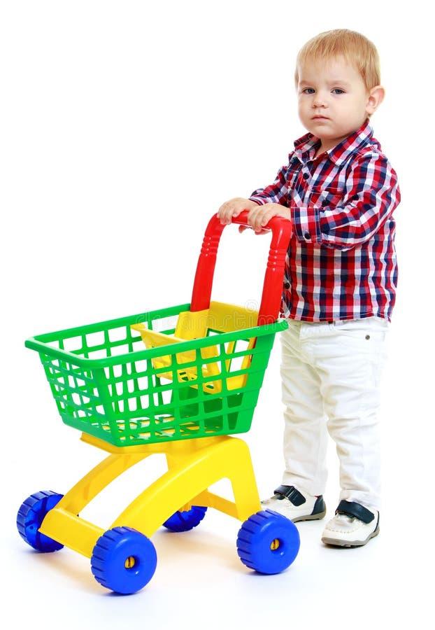 Мальчик с тележкой игрушки стоковые фотографии rf