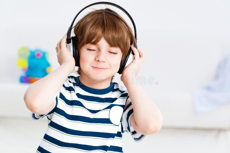 Мальчик слушая к музыке стоковое изображение rf