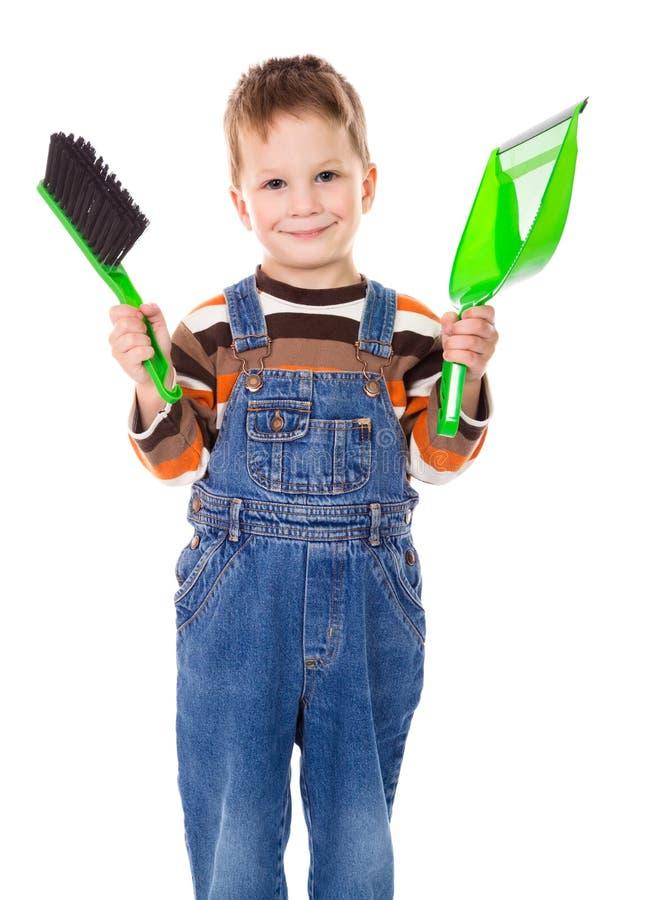 Мальчик с щеткой и dustpan стоковые фотографии rf