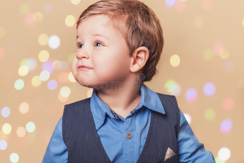 Мальчик с bokeh светов christmass стоковое фото