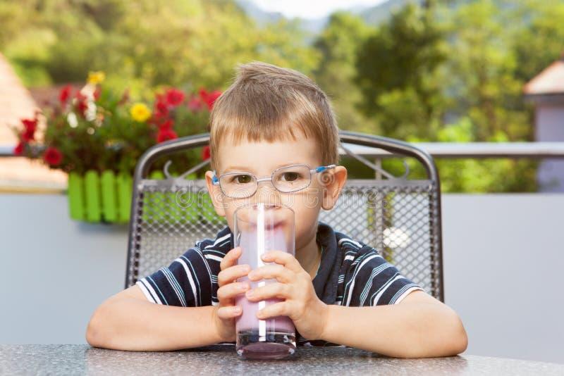 Мальчик с milkshake стоковое фото rf