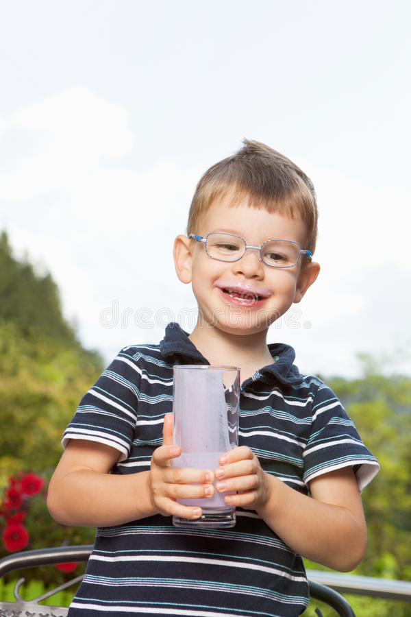 Мальчик с milkshake стоковые изображения