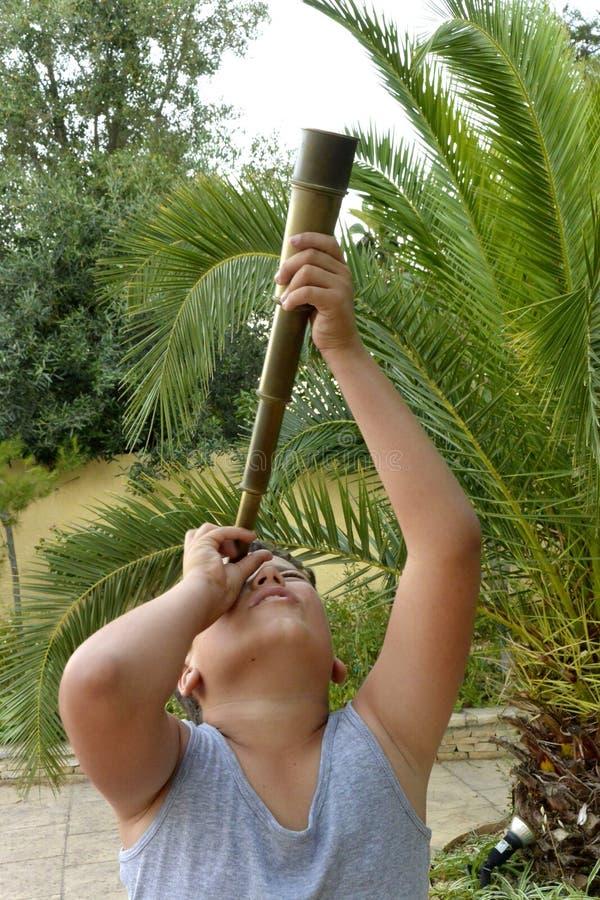 Мальчик с spyglass стоковая фотография rf