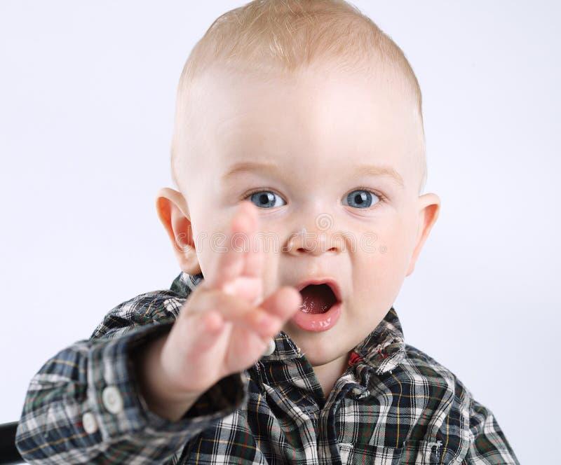 Мальчик указывая к стороне стоковая фотография