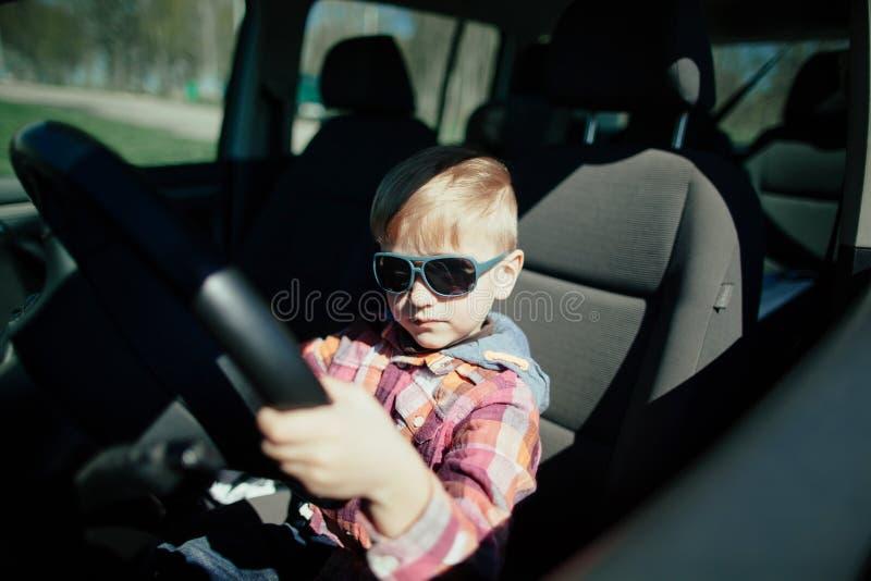 Мальчик управляя автомобилем отцов стоковая фотография rf