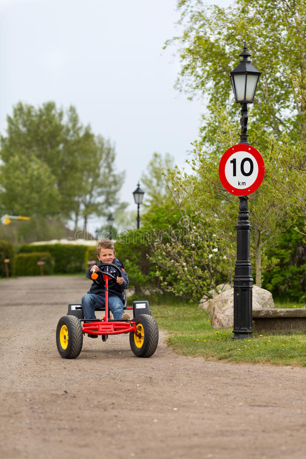 Download Мальчик управляя педалью идет тележка Стоковое Фото - изображение насчитывающей медленно, корабль: 40582930