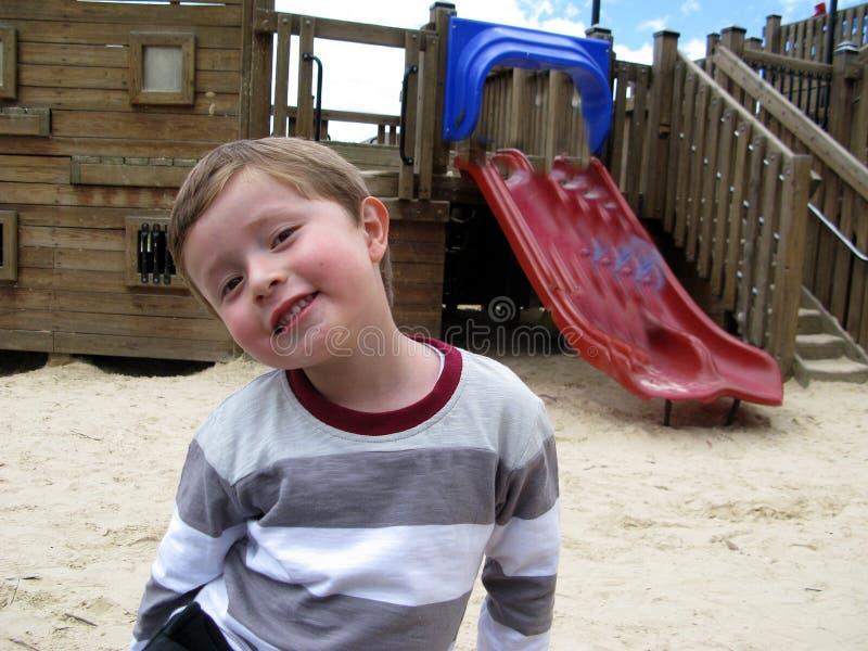 Мальчик усмехается невиновно стоковое изображение
