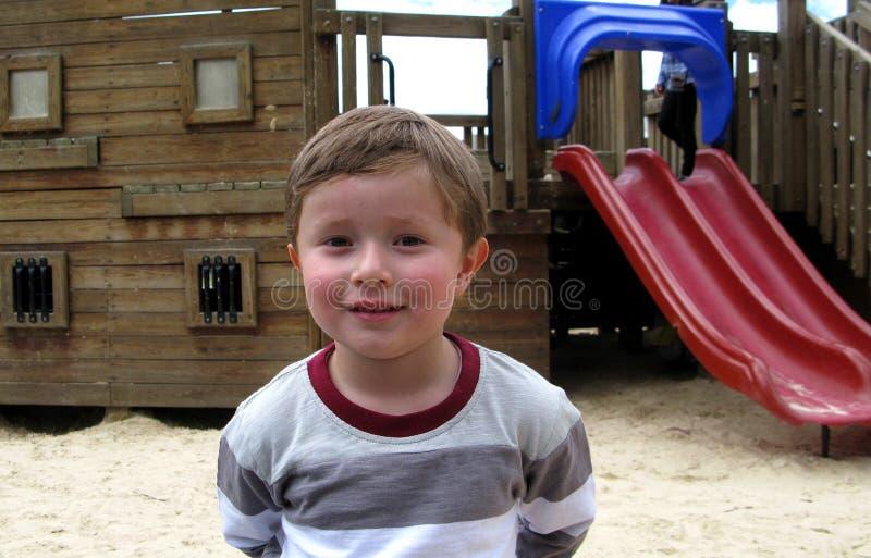 Мальчик усмехается невиновно стоковая фотография rf